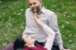 Приятный осенний день и великолепное настроение провоцируют желание пощекотать своего милого листиком. Мужчине явно нравится игривое прикосновение его жены. Удовольствие невозможно скрыть притворными гримасами.