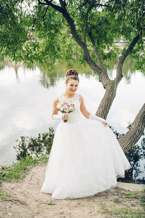 Фотосессия на фоне озера, игривое настроение наполняет изображение ощущением счастья.