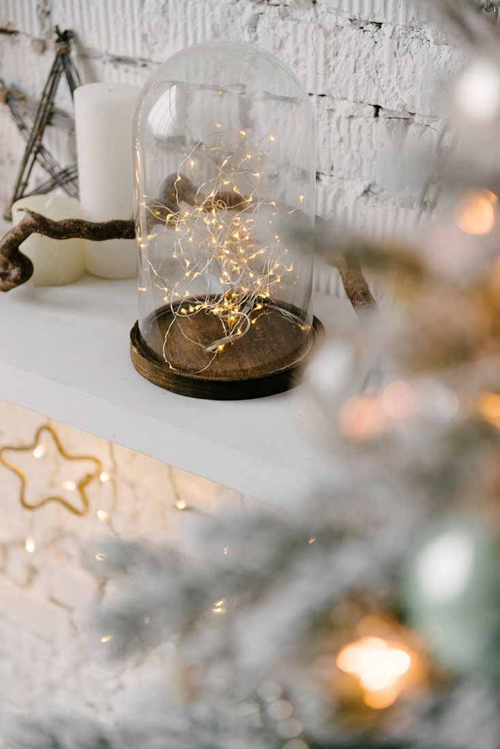Изящный, гармонично подобранный новогодний декор в Светлом зале. Самое главное  - это чувство меры в оформлении локаций. Декор должен служить фоном и не быть слишком активным в кадре.
