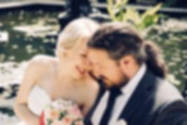 Роспись  в стильном регистрационном зале Москвы. Элегантные наряды жениха и невесты, живой оркестр, стильный лаконичный интерьер несомненно украсят семейный альбом. Незабываемая прогулка в  парке вдохновляет на нежные поцелуи у тихого пруда,  на ласковое и чуткое взаимоотношение.