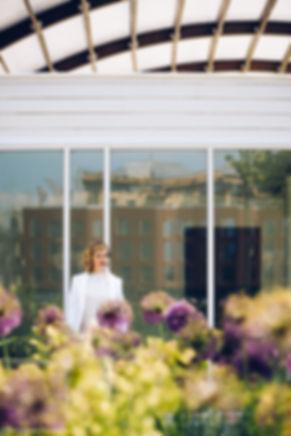 Портретная фотосъемка на Крымской набережной. На снимке водоворот гармоничного сочетания растений и элементов архитектуры.