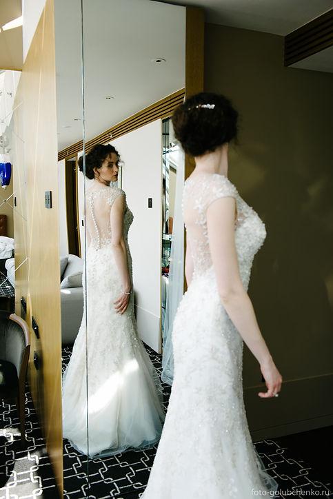 Осмотр финального результата утренних сборов. Дорогое, восхитительное платье идеально смотрится на фигуре прекрасной красотки.