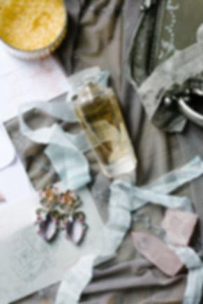 Великолепные аксессуары создают легкий беспорядок на туалетном столике. Золотые серьги, инкрустированные драгоценными камнями приготовлены к церемонии бракосочетания.