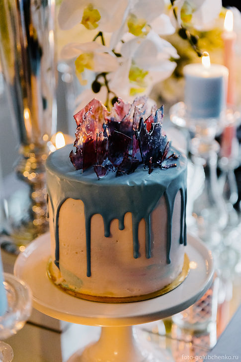 Большой вкусный торт - это неотъемлемый атрибут современного свадебного торжества, и является символом совместной сладкой жизни и благополучия молодых.