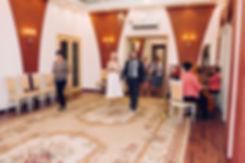Первые шаги в зале регистрации навстречу счастливой супружеской жизни.