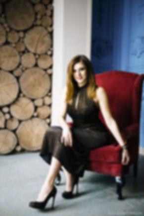 Портрет элегантной дамы сидящей на кресле.