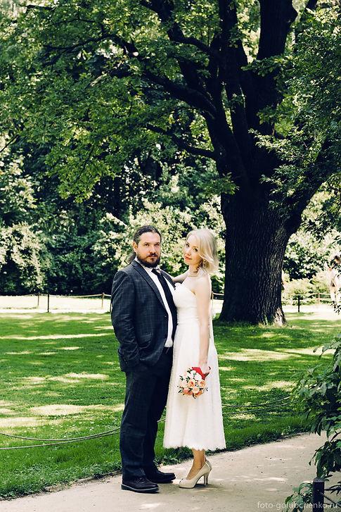 Прогулка в парке прекрасное продолжение свадебного дня.  Солнечный свет озаряет супружескую пару только что вступившую в брачный союз.