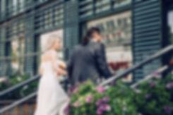 Подобранные наряды хорошо сочетаются с современным и стильным фасадом здания. Общая гармония в кадре передает особое ощущение стиля.