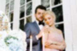 Приятный свет свечей рядом с женихом и невестой, придает романтичному моменту нежность и тепло.