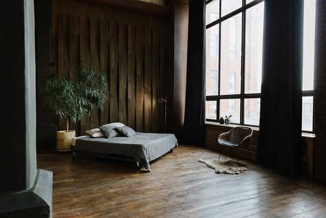 Большую кровать на колосах легко пеермещать по залу, поворачивать под любым углом к свету, создавая наилучший ракурс для фотокарточек.