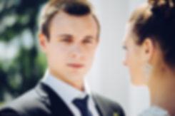 Портрет на прогулке. Невеста глядя на своего любимого видит в нем человека, который будет ей опорой в семейной жизни.
