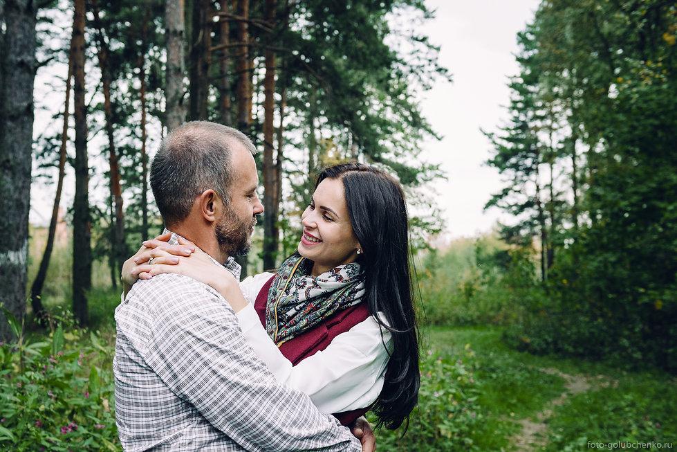 Взрослые люди решили оставить память в виде фотографий для своих детей и внуков. Красивая пара на фотосессии в очаровательном осеннем лесу.