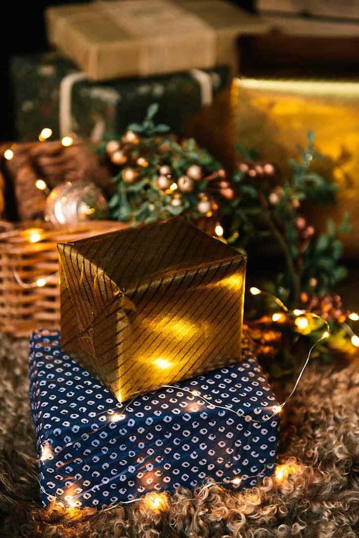 В этом году новогодний декор в Темном зале фотостудии Prisma Studio выполнен в сине-золотом стильном тоне.