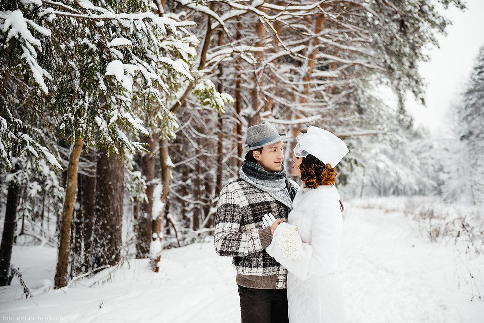 Нежное и трепетное отношение между женихом и невестой. Прекрасная фотография с лесной просекой на заднем плане.