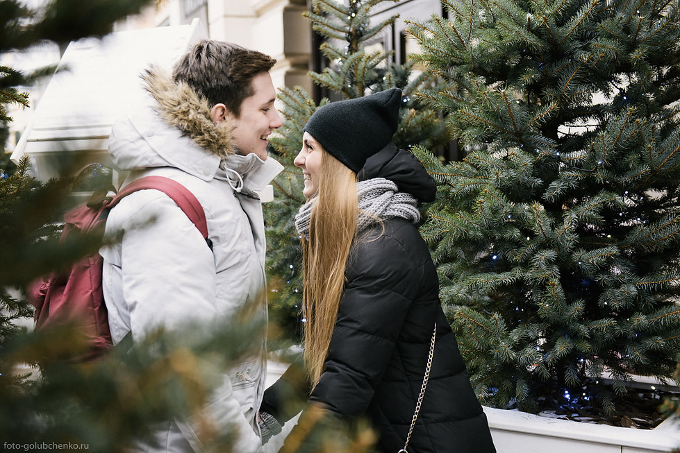 Игривое настроение в предновогодние дни. Что может быть романтичнее тайной встречи среди зимних елочек?