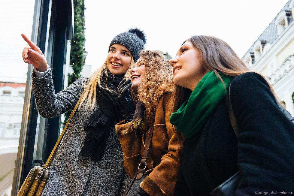 Рассматривание модных нарядов является обязательным во время прогулки по Москве.