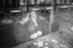 Съемка симпатичных людей в кафе. Они рассказывают друг другу забавные истории. Вместе они счастливы.