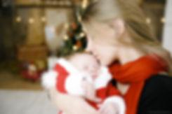 Материнская любовь к своему чаду безгранична. Фотография наполнена чувсвтенностью и семейным комфортом.