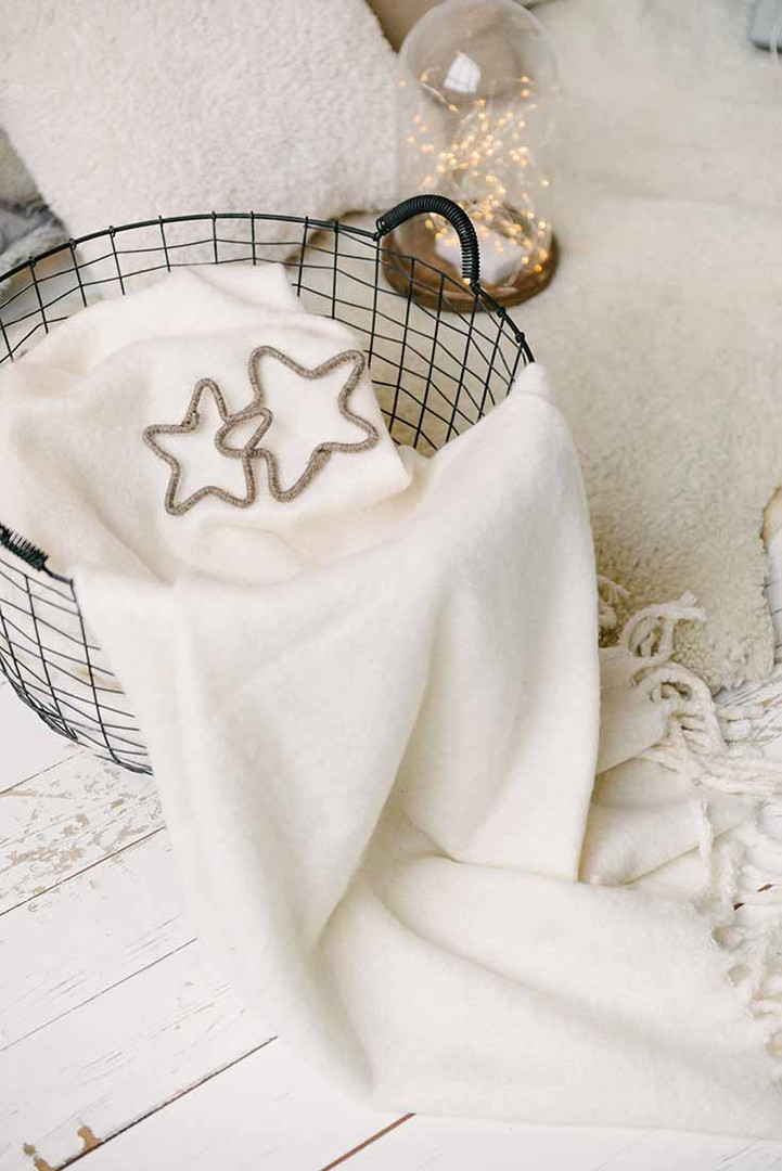Мягкий белый плед - это всегда уют и нежность. Такие декорации помогают поймать настроение праздника.