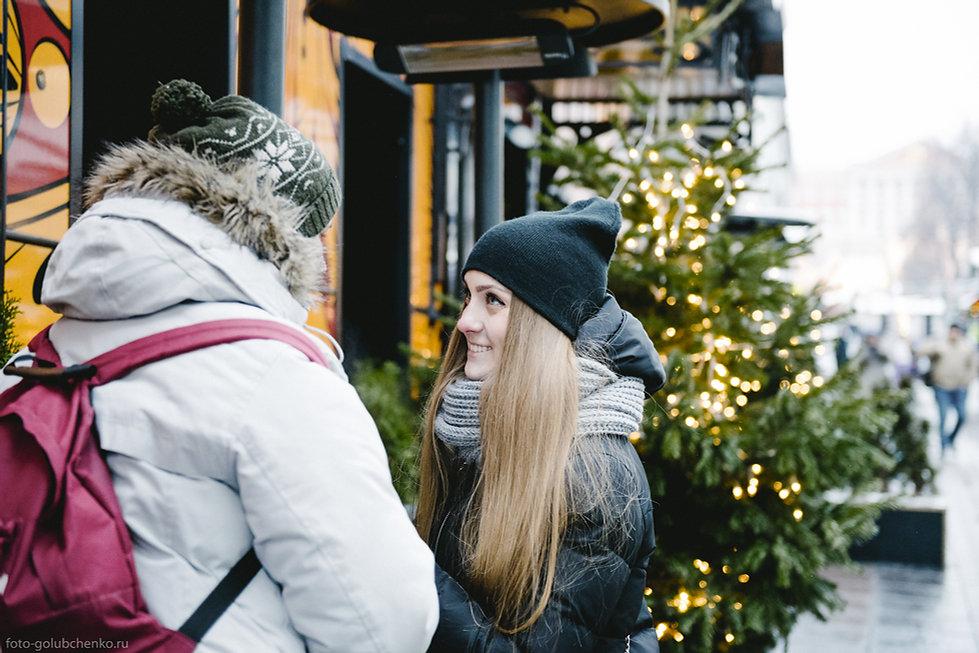 Праздничное настроение читается в глазах девушки, смотрящей на своего парня.