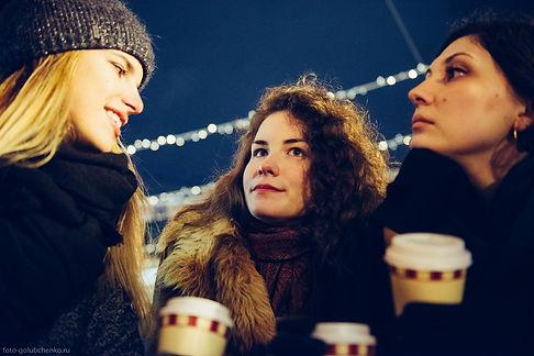 Теплый свет падающий на подруг в морозный Московский вечер, усиливает ощущения дружной компании.