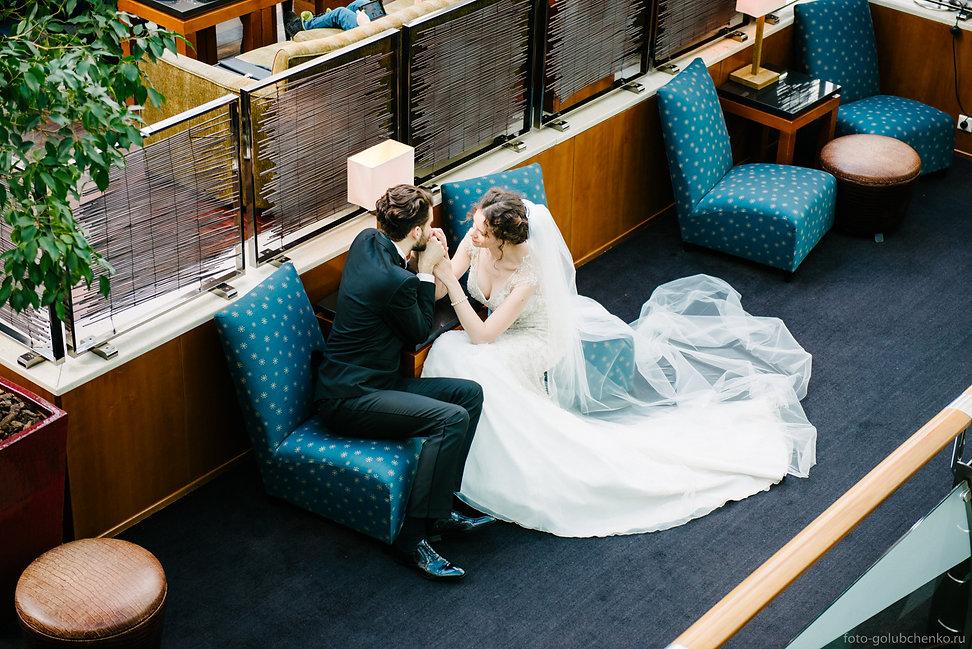 Роскошный интерьер является отличным фоном для свадебной фотосессии.