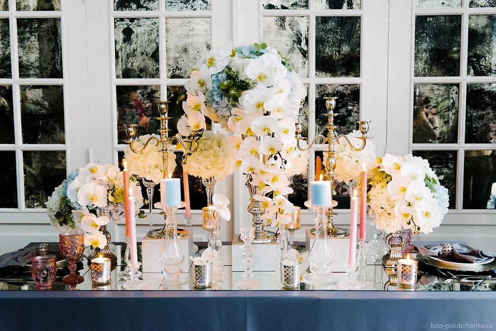 Хорошие мастера декорирования могут превратить украшенный стол в прекрасное произведение искусств. Умелое сочетание теплых уютных оттенков с холодными элегантными придает банкету гармонию стиля.