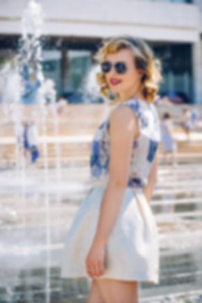 Световые пятна солнца на одежде, подсвеченные брызги и отражение фонтана, передают нам впечатление жаркого летнего дня и свежести у воды.