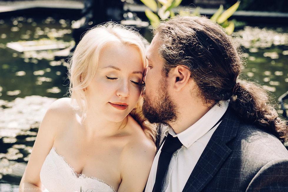 Поцелуй наполняет кадр романтикой. Светловолосая девушка закрыла глаза в ожидании сладостного мгновения.