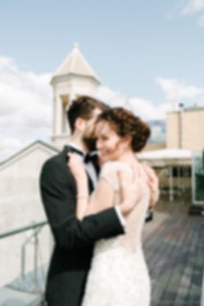 Молодой человек защищает свою возлюбленную от сильного ветра. Ей тепло и уютно в его объятьях.