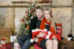 Милое, нежное фото фамильного счастья в теплых коричневых тонах рождественской обстановки.