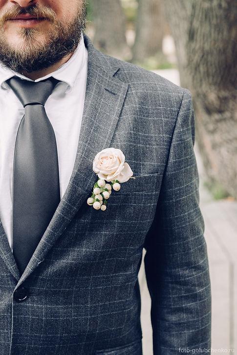 Бутоньерка в кармане молодого человека добавляет его образу больше стиля и элегантности.