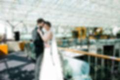 Пара фотографируется под светопрозрачной кровлей