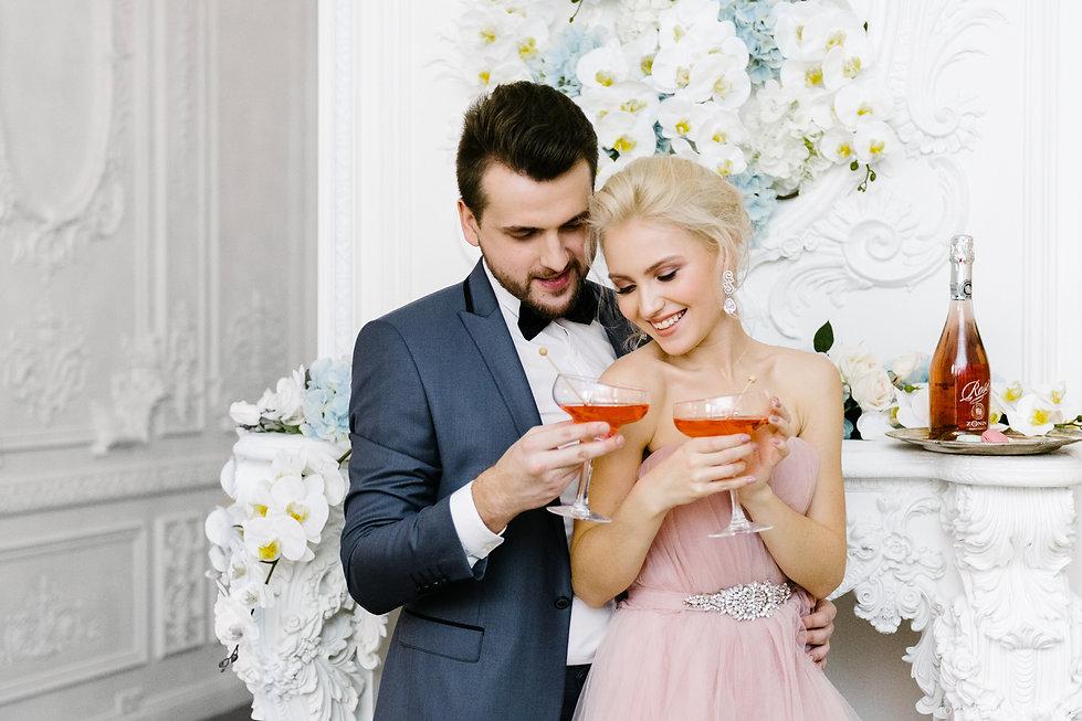 Фуршет по случаю бракосочетания. Радостные и игривые молодожены предвкушают начало счастливой семейной жизни.