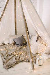 Новогоднюю локацию с вигвамом можно дополнять другими элементами декора, который присутствует в зале.