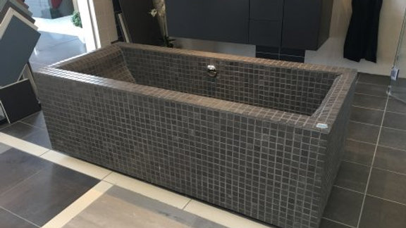 Unikt badekar beklædt med italiensk mosaik