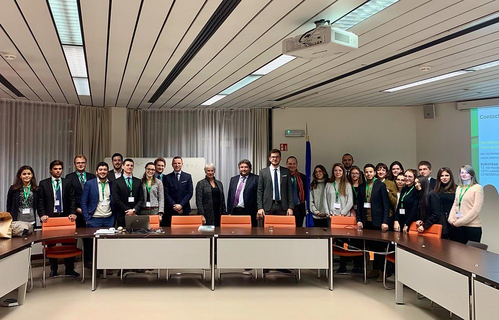 Photo du M2JF prise à la cour des comptes de l'UE avec Danielle Lamarque, Dan Danielescu et Carlos Soler Ruiz