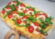Pizza Scrocchiarella cocktail di gamberi, polipo, pomodorini ciliegino e rucola