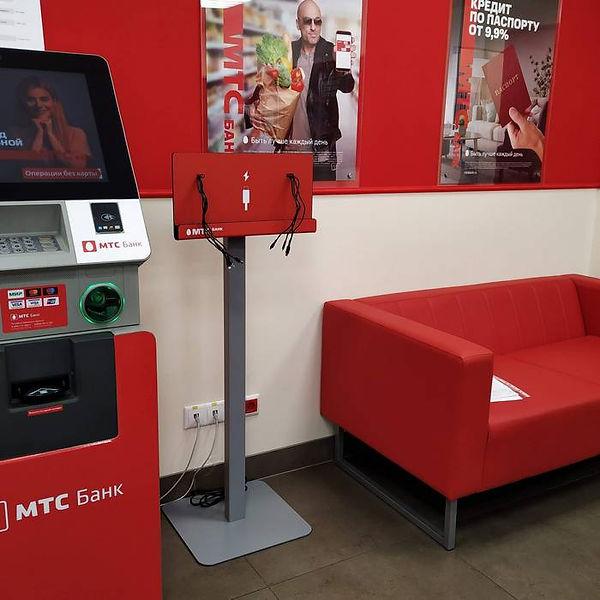 Зарядная станция стойка для телефонов в офисах банка.