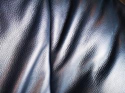 Tumši zils ādas dīvāns
