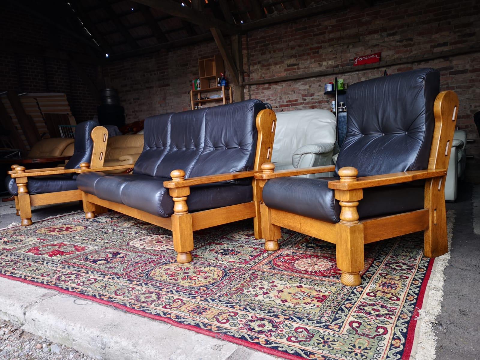 Tumši brūns ādas dīvāns