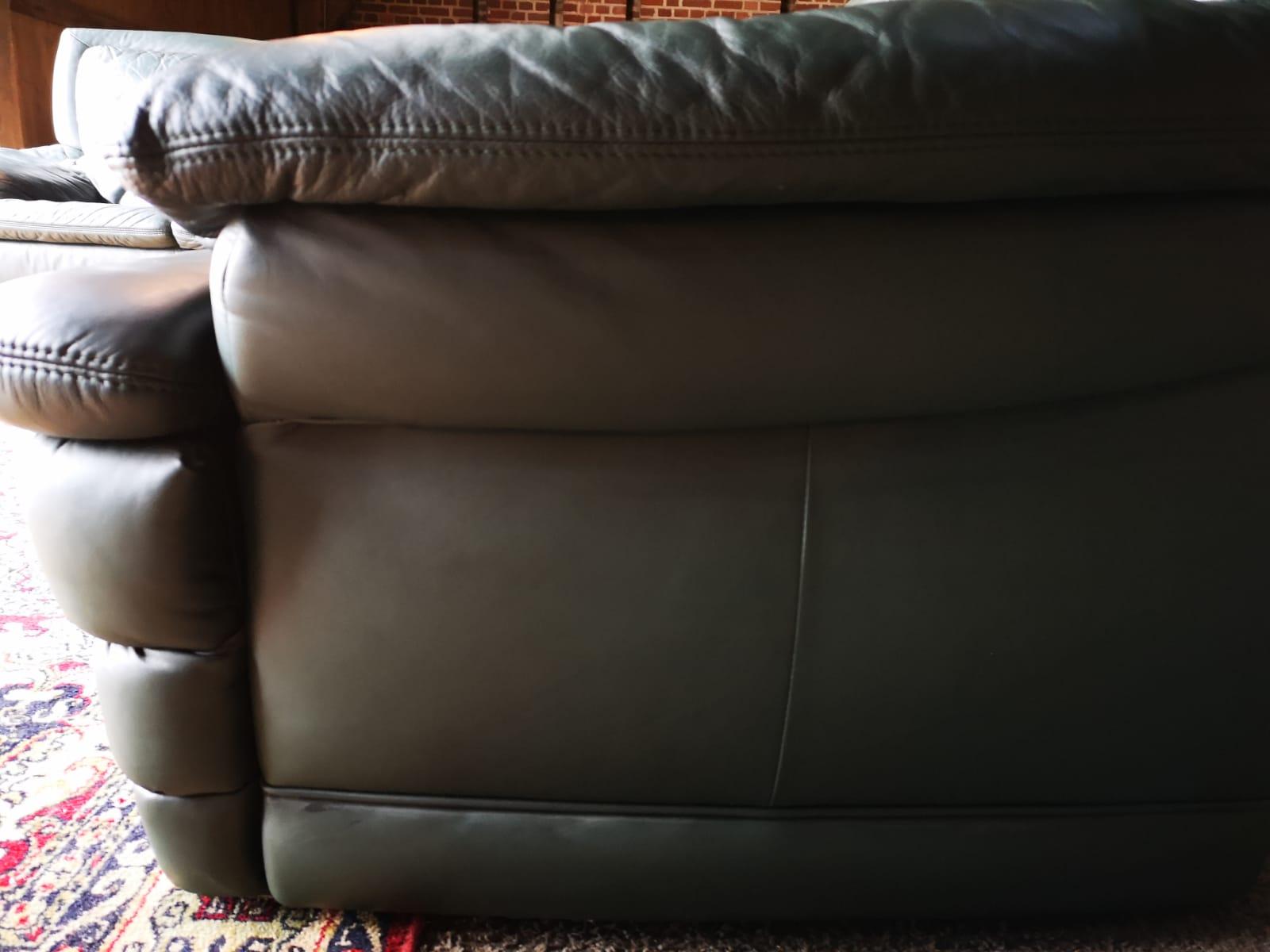Zaļš ādas dīvāns