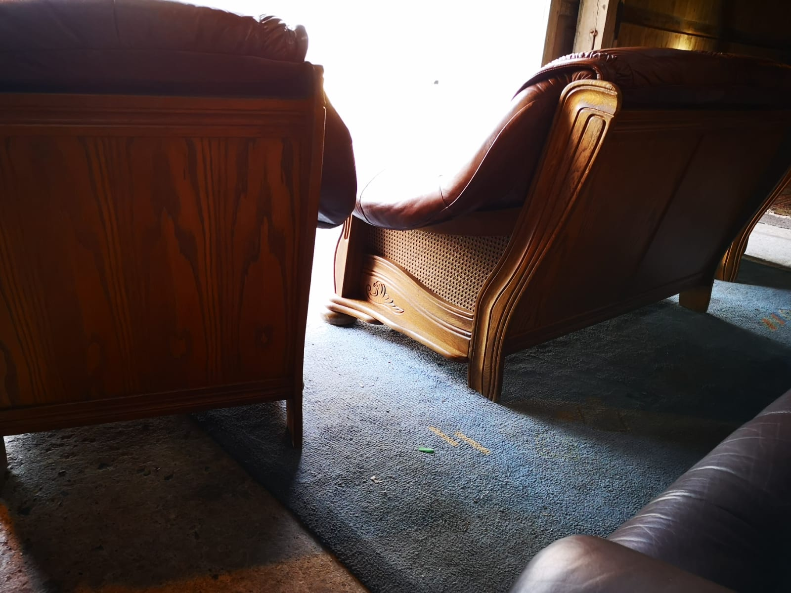 Brūns ādas dīvāns