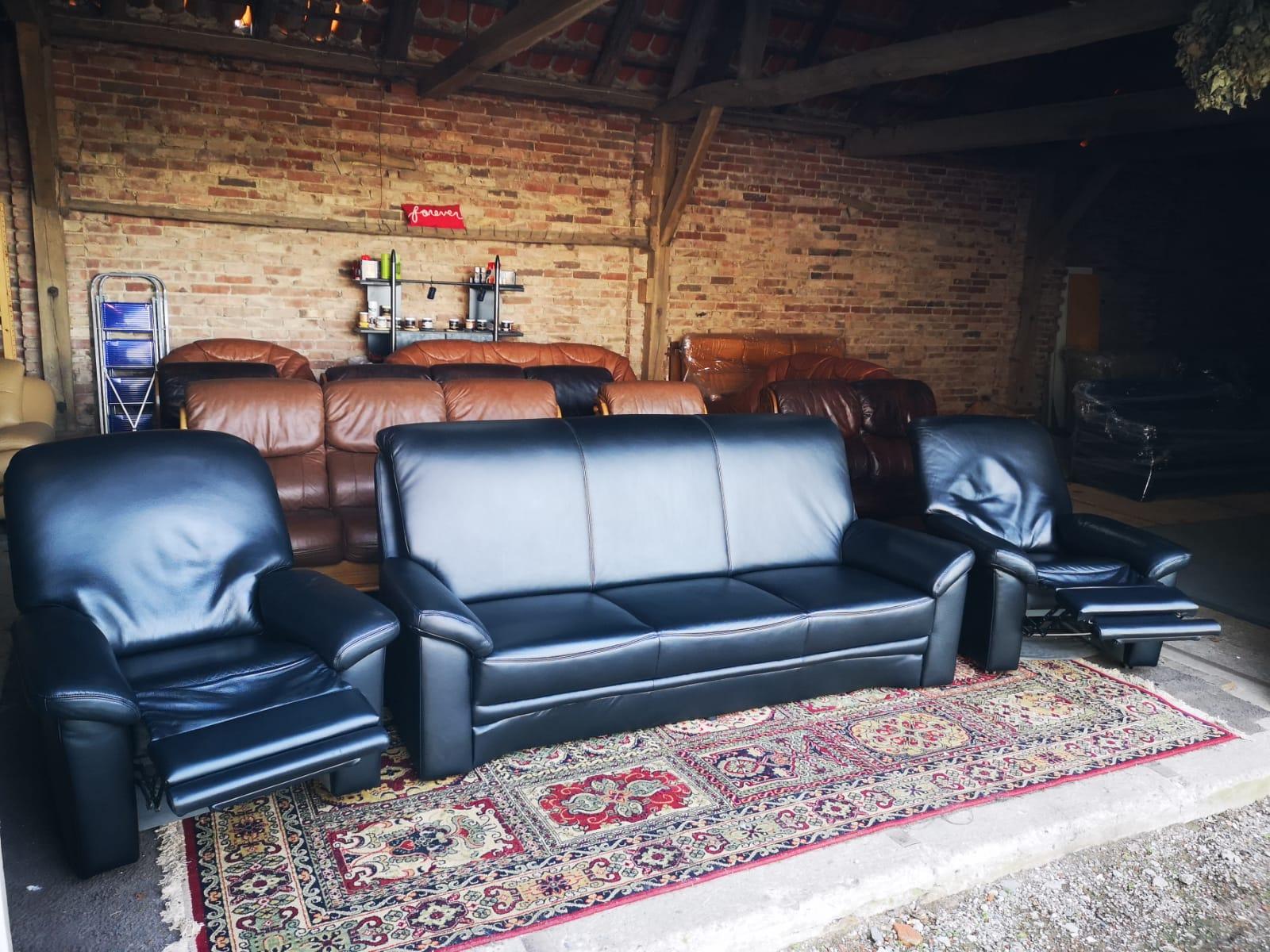 Melns ādas dīvāns