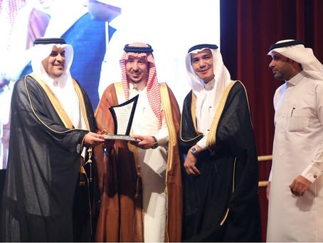 تكريم سطام حلواني وشركة محمد بن صالح حلواني عضو المجلس التنفيذي لجائزة الطائف للابداع