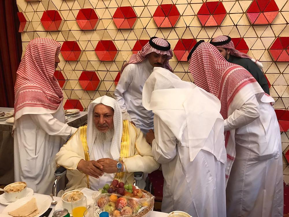 الشيخ عمر بن عبدالوهاب حلواني ويظهر خلفه عبدالله بن سالم بن عبدالوهاب حلواني