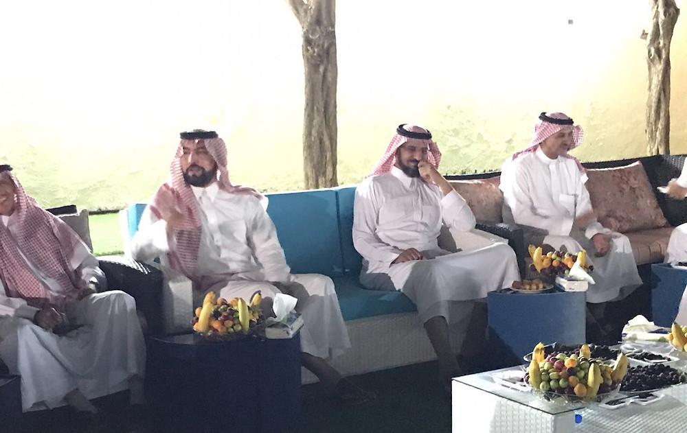 الأمير عبدالعزيز بن محمد بن سعود الكبير يستمع لحديث شقيقه الأمير بدر بن محمد بن سعود الكبير