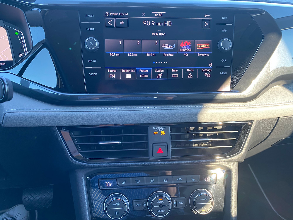 2022 Volkswagen Taos 1.5T SEL infotainment and HVAC