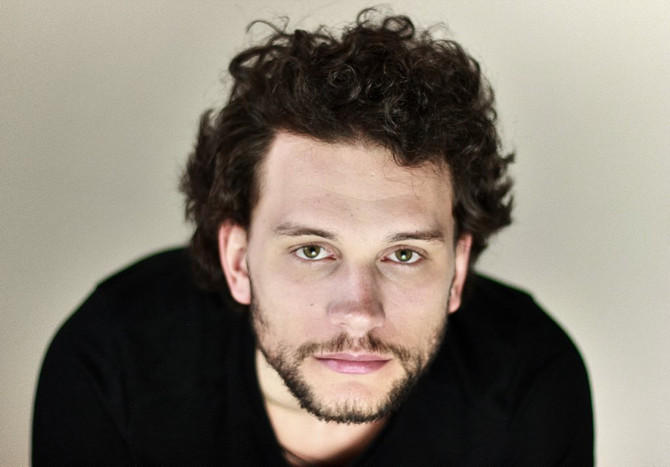 Andrzej Michalski jako asystent reżysera Jana Peszka przygotowuje swój aktorski spektakl dyplomowy