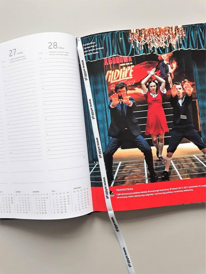 """.Kalendarz wydany przez WFDiF - na zdjęciu Martyna Byczkowska w spektaklu telewizji """"Sprawa Rity G."""""""